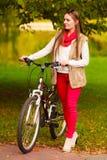 Идти девушки портрета ослабляя в осенний парк Стоковое фото RF