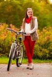 Идти девушки портрета ослабляя в осенний парк Стоковые Фотографии RF