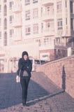 Идти красивой азиатской бизнес-леди усмехаясь в зиму приправляет стоковое изображение rf