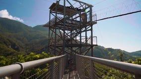 Идти к линии башне застежка-молнии в холмах акции видеоматериалы
