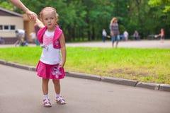 Идти маленькой девочки внешний и иметь потеху в парке Стоковая Фотография RF