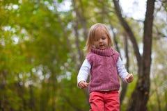 Идти маленькой девочки напольный, имеющ потеху и Стоковая Фотография RF