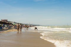 Идти на пляж на Марине Италии Silvi стоковая фотография