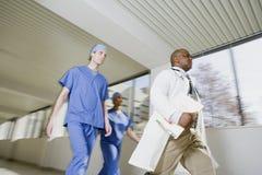 Идти доктора и хирургов Стоковое Фото