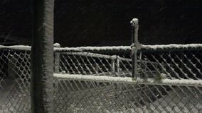 Идти снег на стробе загородки на ноче акции видеоматериалы