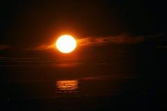 Идти через заход солнца и волны Стоковые Фото