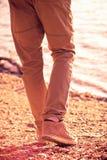 Идти человека ноги внешний на стиле пляжа ультрамодном Стоковое фото RF