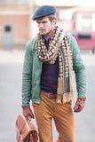 Идти человека элегантной молодой моды вскользь Стоковые Изображения