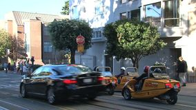 Идут автомобили городской Сан-Франциско сток-видео