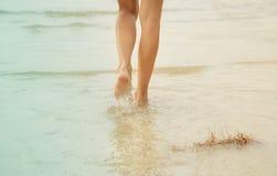 идущая девушка на воде Стоковые Изображения