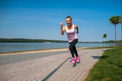 Идущая девушка на пляже Стоковое Изображение