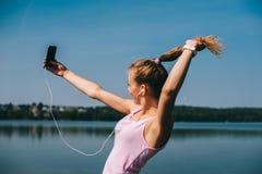 Идущая девушка на пляже Стоковая Фотография