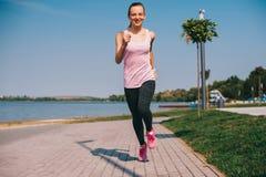 Идущая девушка на пляже Стоковые Фотографии RF