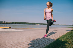 Идущая девушка на пляже Стоковое фото RF