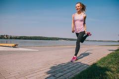 Идущая девушка на пляже Стоковые Изображения RF