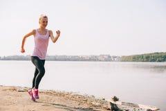 Идущая девушка на пляже Стоковое Фото