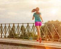 Идущая женщина во время солнечного дня в городе Стоковая Фотография RF