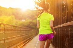 Идущая женщина во время солнечного дня в городе Стоковые Фото
