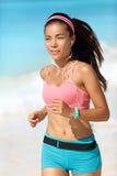 Идущая женщина с наушниками и вахтой фитнеса стоковое изображение
