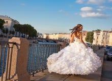 Идущая невеста напольная Стоковое Изображение RF