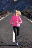 Идущая разминка спорта женщины бегуна Стоковые Фотографии RF