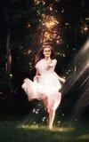 Идущая чувственная женщина с бабочками Стоковое Фото