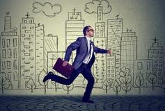 Идущей бизнесмен работника постаретый серединой стоковое фото rf