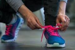 Идущие ботинки - женщина связывая шнурки ботинка Женщина получая готовый для Стоковые Фото