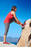 Идущие ботинки - женщина связывая шнурки ботинка Стоковые Фото