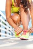 Идущие ботинки - женщина связывая шнурки ботинка Стоковая Фотография