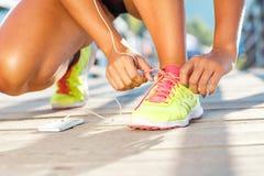 Идущие ботинки - женщина связывая шнурки ботинка Стоковая Фотография RF