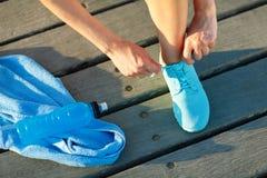 Идущие ботинки - женщина связывая шнурки ботинка Стоковое фото RF