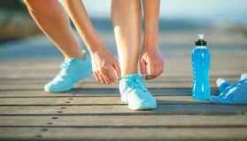 Идущие ботинки - женщина связывая шнурки ботинка Стоковые Фотографии RF