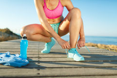 Идущие ботинки - женщина связывая шнурки ботинка Стоковое Изображение RF