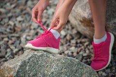 Идущие ботинки - женщина связывая шнурки ботинка Стоковые Изображения RF