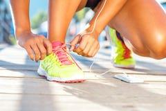 Идущие ботинки - женщина связывая шнурки ботинка Стоковые Изображения