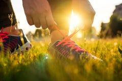 Идущие ботинки - женщина связывая шнурки ботинка Стоковое Изображение