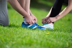Идущие ботинки - крупный план связывать шнурки ботинка Стоковые Изображения