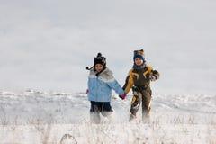 Идущие мальчик и девушка Стоковая Фотография