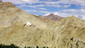 Идущие облака над виском Tsemo Maitreya в Leh, Индии видеоматериал