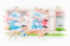 Идущие спортсмены на дороге, марафоне города, нерезкости движения Группа в составе бегуны Спорт, фитнес, здоровая концепция образ Стоковое Изображение
