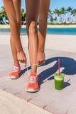Идущий бегун женщины с зеленым vegetable smoothie Стоковые Фотографии RF