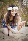 Идущий песок через ее пальцы Стоковые Фотографии RF