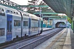 Идущий поезд на станции Стоковые Фото