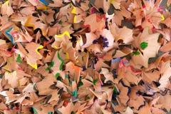 Идущий сверху вниз макрос красочных shavings карандаша Стоковое фото RF