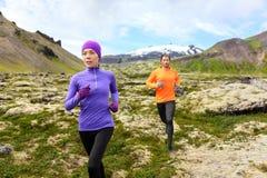Идущий спорт - бегуны на следе по пересеченной местностей Стоковые Фото