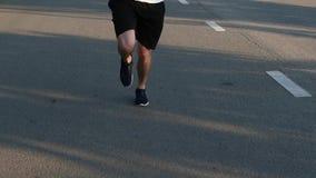 Идущий человек заасфальтированной дорогой тренировка движение медленное видеоматериал