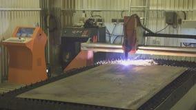 Идущий workpiece процесса вырезывания плазмы машины на продукции сток-видео