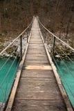 Идущ на деревянный footbridge пересекая над рекой бирюзы soca, национальный парк triglav, Словения Стоковые Изображения RF