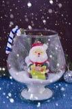 Идущ снег над Сантой в стеклянной вазе, Стоковые Фотографии RF